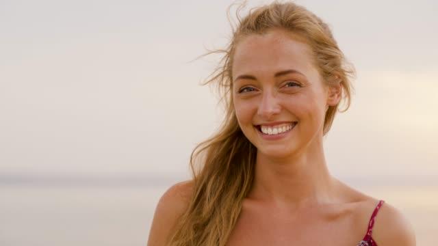 mutlu genç kadın açık havada portresi - sarı saç stok videoları ve detay görüntü çekimi