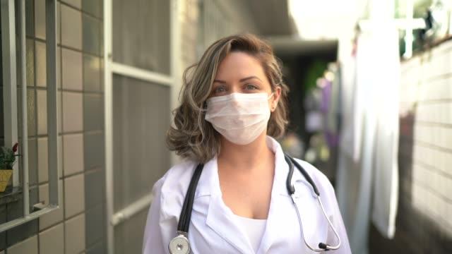 vidéos et rushes de verticale du visiteur de santé pendant la visite à la maison - medecin covid