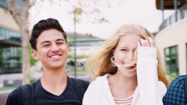 vídeos de stock, filmes e b-roll de retrato de high school estudantes faculdade no exterior de edifícios - 16 17 anos