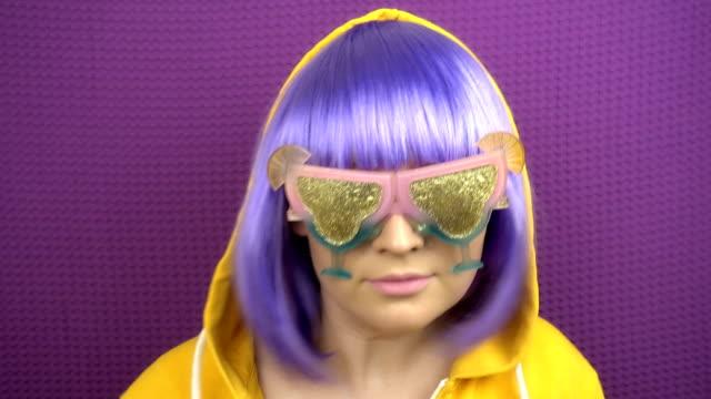 hipster menekşe-saç kız portresi. anime tarzı kız gece kulübü ve çılgın dans eğleniyor. - peruk stok videoları ve detay görüntü çekimi