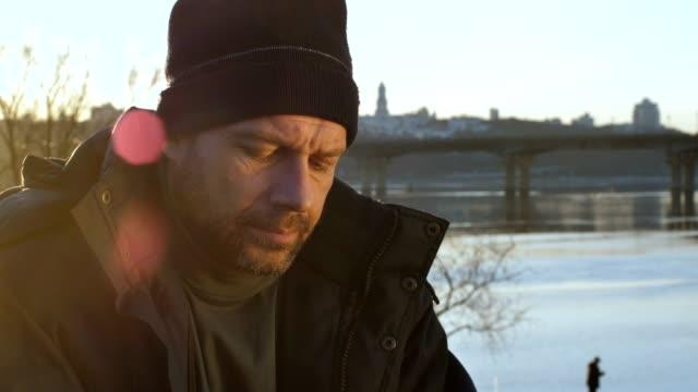 porträtt av hemlös man ser med förtvivlan - dirty money bildbanksvideor och videomaterial från bakom kulisserna