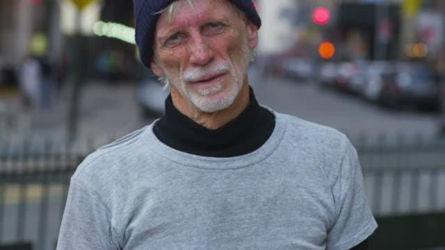 Retrato de hombre en la calle de la ciudad sin hogar - vídeo