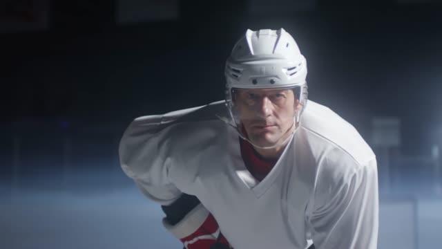vidéos et rushes de portrait du joueur de hockey sur glace sur la patinoire - hockey sur glace