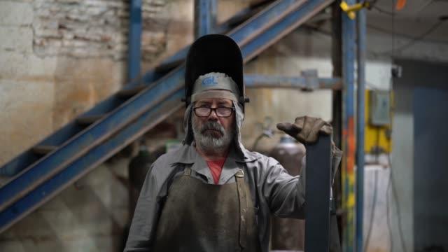 porträt des industriearbeiters schweißer - arbeiter stock-videos und b-roll-filmmaterial