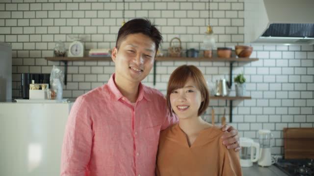 vídeos y material grabado en eventos de stock de retrato de la pareja japonesa en el hogar - casados
