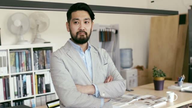 日本グラフィック デザイナー ブラウジングのスマート フォン (スローモーション) の肖像画 - スタジオ 日本人点の映像素材/bロール