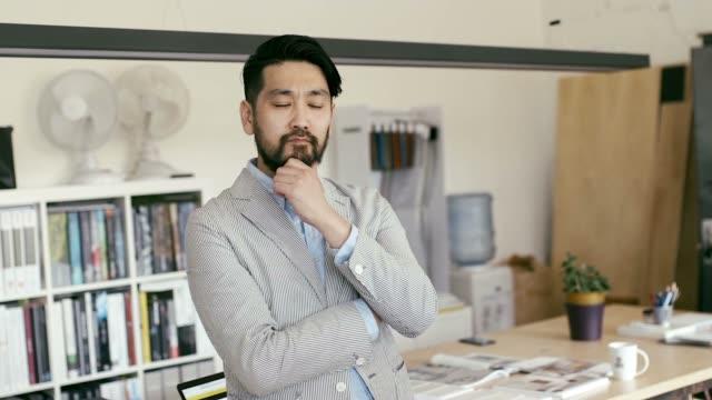 スマート フォンの日本グラフィック デザイナー ブラウジングの肖像画 ビデオ