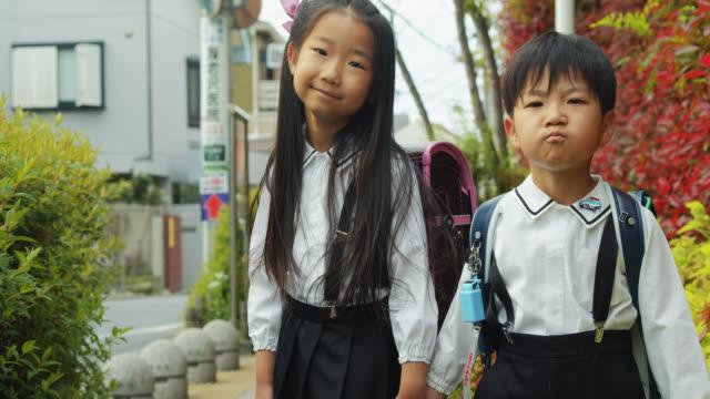 制服姿の日本の小学生の肖像 - 制服点の映像素材/bロール