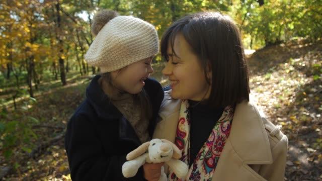 腕に特別な女の子と喜びのお母さんの肖像画 - disabilitycollection点の映像素材/bロール
