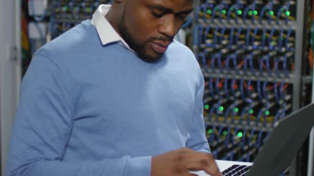 porträtt av joyous afroamerikanska it-ingenjör på jobbet - server room bildbanksvideor och videomaterial från bakom kulisserna