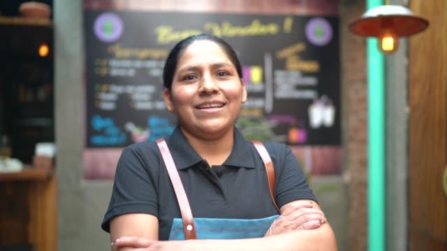 портрет латинской официантки, смотря в камеру - латиноамериканская и испаноговорящая этнические группы стоковые видео и кадры b-roll