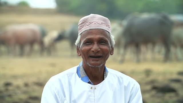 Retrato do velho rindo, idiotas, Islã. - vídeo