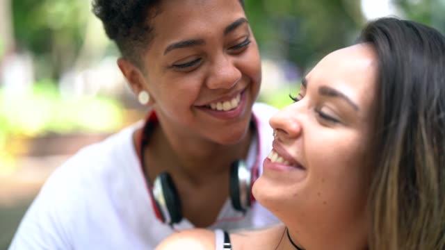 vídeos de stock, filmes e b-roll de retrato de casal de lésbicas - homossexualidade
