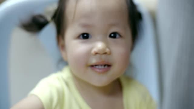 porträt des kleinen mädchens blick in die kamera - filmkamera stock-videos und b-roll-filmmaterial