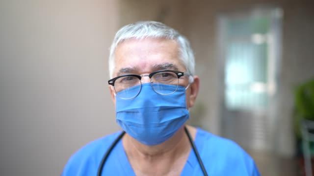vidéos et rushes de verticale de l'infirmière principale/médecin masculin - infirmier
