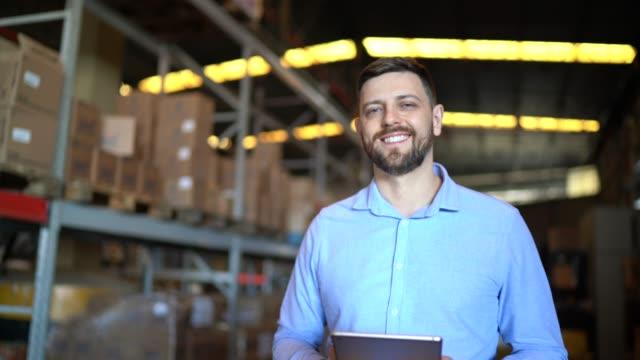vídeos de stock, filmes e b-roll de retrato de trabalhador de armazém masculino usando tablet digital - gerente