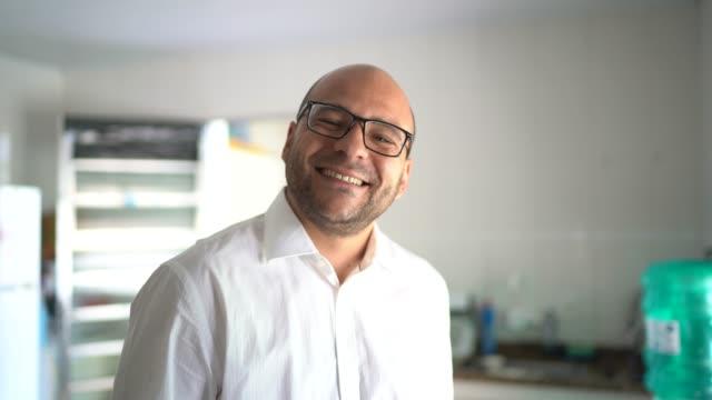 porträtt av mannen hemma - endast en man i 30 årsåldern bildbanksvideor och videomaterial från bakom kulisserna