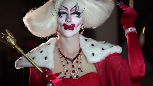 makyaj ve peruk ile kadın gibi giyinmiş adam portresi - peruk stok videoları ve detay görüntü çekimi