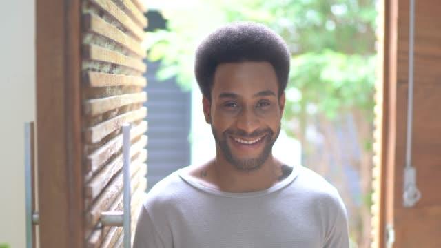 портрет человека в подъезде дома - бразилец парду стоковые видео и кадры b-roll