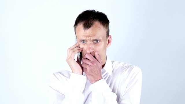 Porträt des Mannes auf seinem Handy, Arbeitslosen traurig, Ablehnung seiner Arbeit sprechen – Video