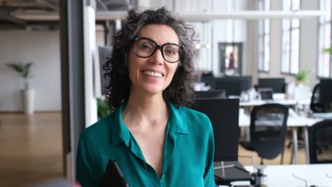 laptop ile olgun iş kadını portresi - dişiler stok videoları ve detay görüntü çekimi