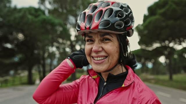 ritratto di ciclista ispanica matura in allenamento - indipendenza video stock e b–roll