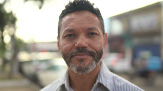 portrait of mature men looking at camera - латиноамериканская и испаноговорящая этнические группы стоковые видео и кадры b-roll