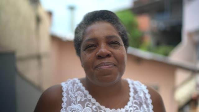 自宅で成熟した女性の肖像画 - ブラジル文化点の映像素材/bロール