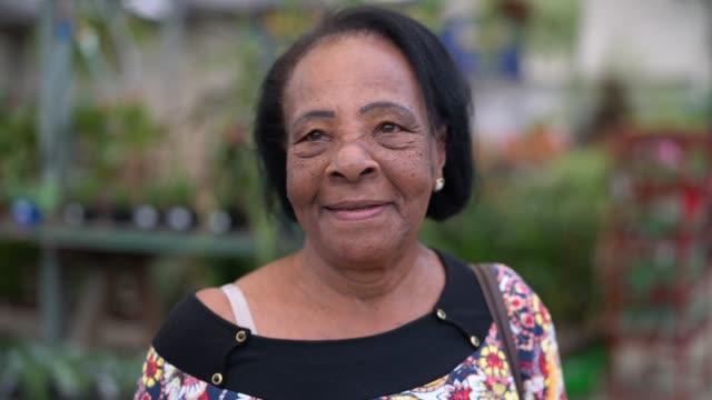 vídeos de stock e filmes b-roll de portrait of mature woman - senior woman