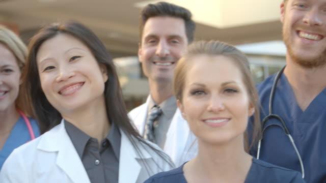 r3d üzerinde hastane shot dış tıbbi takım portresi - hemşire tıbbi personel stok videoları ve detay görüntü çekimi
