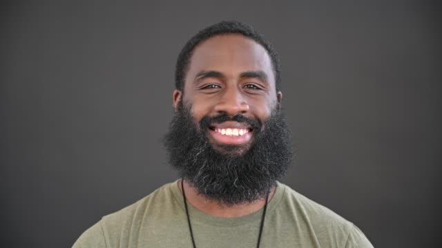 porträtt av mellan vuxen svart man med kort hår och skägg - endast en man i 30 årsåldern bildbanksvideor och videomaterial från bakom kulisserna