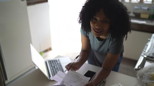 vídeos y material grabado en eventos de stock de retrato de mujeres adultas medianas que trabajan en casa - financial planning