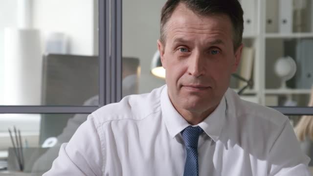 vídeos de stock, filmes e b-roll de retrato do empresário caucasiano médio envelhecido - ceo