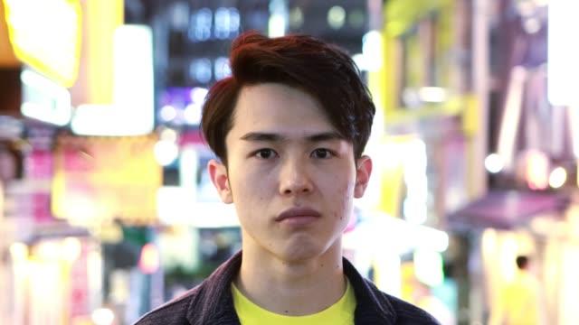 vidéos et rushes de portrait de l'homme asiatique millénaire - culture des jeunes