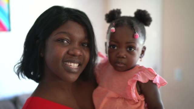 vídeos de stock e filmes b-roll de portrait of mother and daughter at home - afro