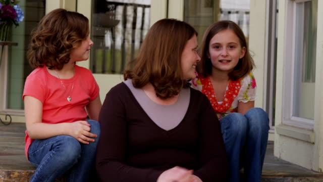 ritratto di madre e due figlie - portico video stock e b–roll