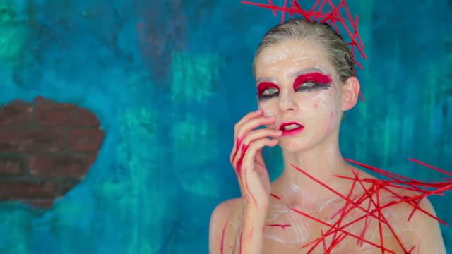 創造的な化粧とエレガントな髪型の謎の少女の肖像画 - アイシャドウ点の映像素材/bロール