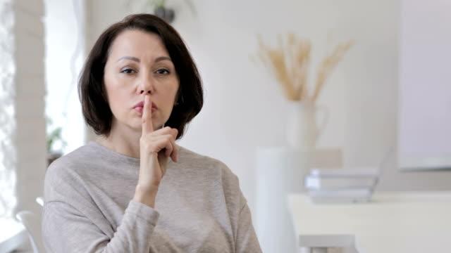 vídeos y material grabado en eventos de stock de retrato de anciana gesticular silencio, dedo en los labios - dedo sobre labios