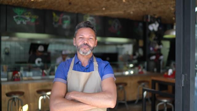 vídeos de stock e filmes b-roll de portrait of owner / waiter at restaurant - avental