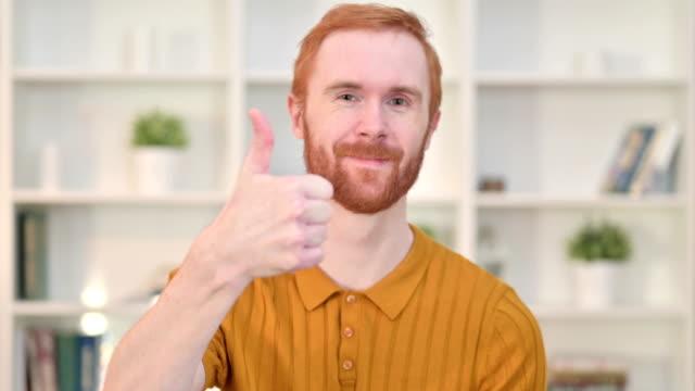 ritratto di uomo rossa positivo che fa pollice in su - capelli rossi video stock e b–roll