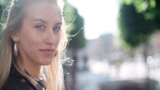 porträt von hübschen mode frau in einer stadt europas. - ohrring stock-videos und b-roll-filmmaterial