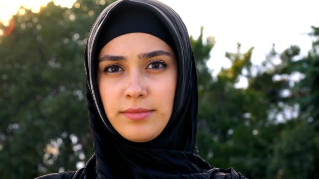 ritratto di donne musulmane tristi in hijab - cultura del medio oriente video stock e b–roll