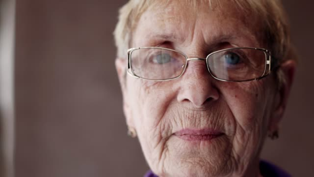 vídeos de stock e filmes b-roll de portrait of sad senior woman - old lady