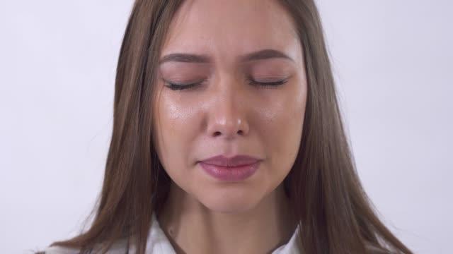 Retrato de mujer joven triste llorando cerca para arriba - vídeo