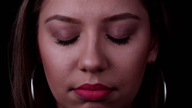 Porträt der traurigen jungen Frau – Video