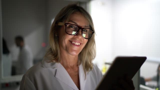 portret naukowca za pomocą tabletu w laboratorium - mikrobiologia filmów i materiałów b-roll