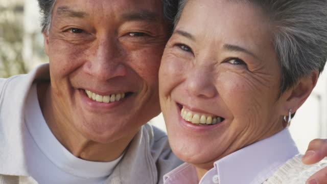 vídeos y material grabado en eventos de stock de retrato de primer plano de una pareja senior, - sonrisa con dientes
