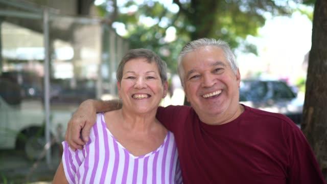 vídeos de stock e filmes b-roll de portrait of senior couple embraced - sorriso aberto