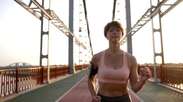 スポーツ トップ ランニングのシニア女性の肖像画 - 美人点の映像素材/bロール