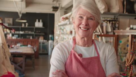porträt von senior weibliche inhaber der geschenkeladen ball r3d - europäischer abstammung stock-videos und b-roll-filmmaterial